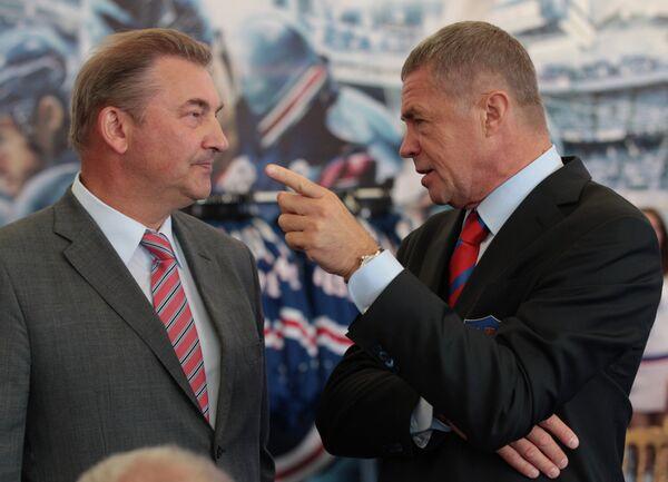 Президент Федерации хоккея России Владислав Третьяк (слева) и президент Континентальной хоккейной лиги Александр Медведев