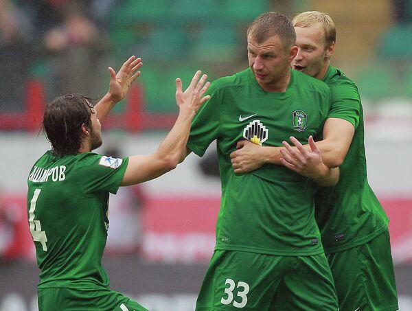 Футболисты Томи Максим Бордачев (справа), Владимир Рыков и Евгений Башкиров