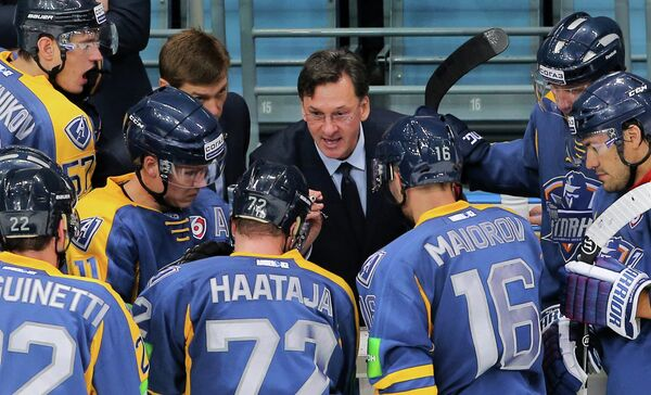 Главный тренер хоккейного клуба Атлант Сергей Светлов (в центре)
