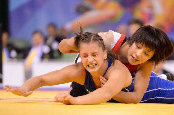 Японская спортсменка Аяка Ито (справа) и Эмесе Барка (Венгрия)