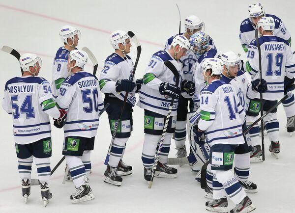 Игроки ХК Динамо радуются победе на Витязем