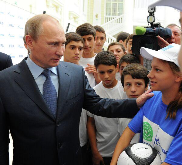 Президент России Владимир Путин с детьми после встречи с председателем правления ОАО Газпром Алексеем Миллером