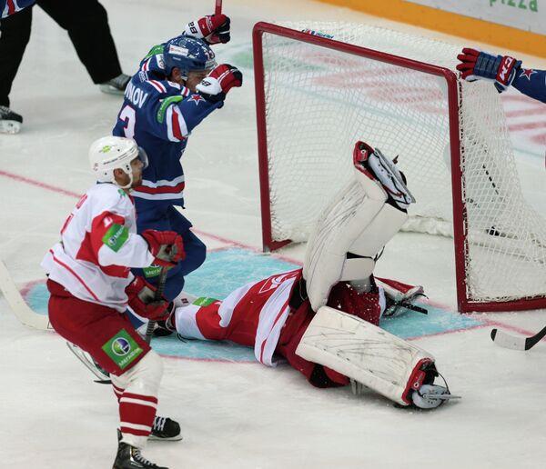 Защитник СКА Максим Чудинов ( в центре) забивает шайбу в ворота голкипера Спартака Джеффа Гласса (справа)