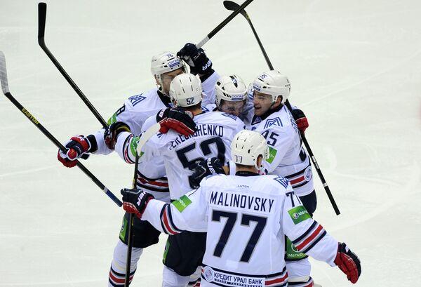 Хоккеисты Металлурга Евгений Григоренко, Владимир Малиновский и Сергей Терещенко радуются шайбе, заброшенной в ворота Трактора.