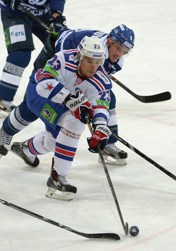 Нападающий СКА Алексей Поникаровский и нападающий Динамо Алексей Цветков (справа)