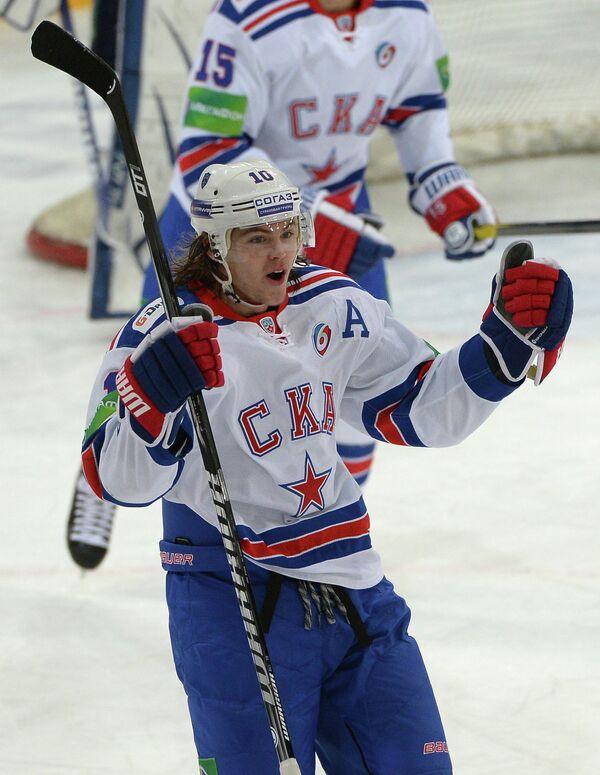 Нападающий СКА Виктор Тихонов радуется заброшенной шайбе в ворота Динамо
