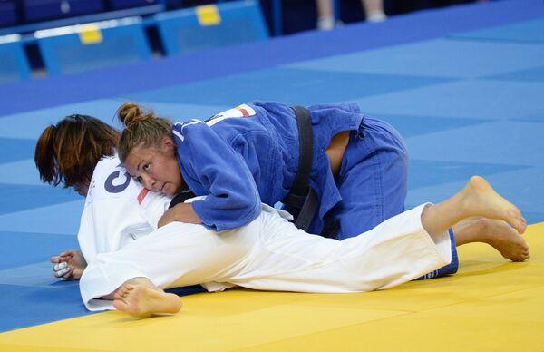 Российская спортсменка Анастасия Дмитриева (в синем)