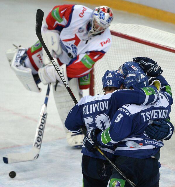 Хоккеисты Динамо радуются заброшенной шайбе в ворота ярославского Локомотива