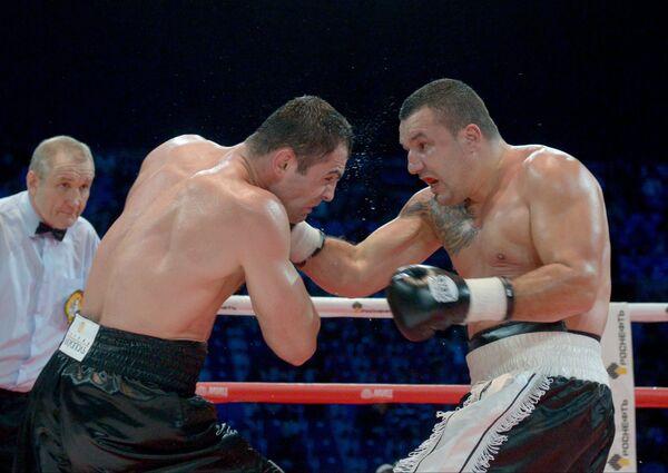 Россиянин Рахим Чахкиев (слева) ведет бой против румына Юлиана Илие