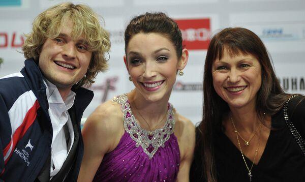 Американские фигуристы Чарли Уайт и Мэрил Дэвис, занявшие первое место в соревнованиях танцоров, и их российский тренер Марина Зуева (слева направо)
