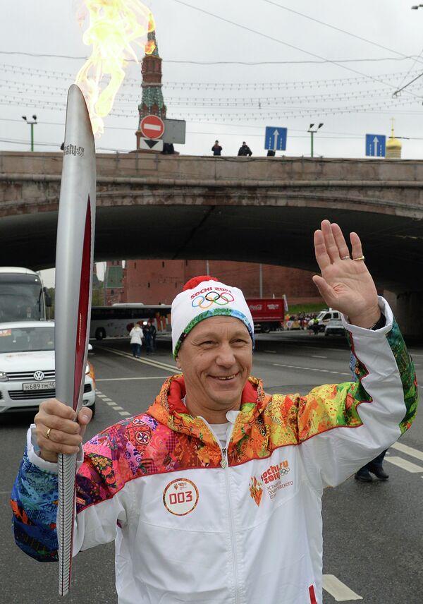Заместитель председателя Государственной Думы РФ Александр Жуков во время эстафеты Олимпийского огня в Москве
