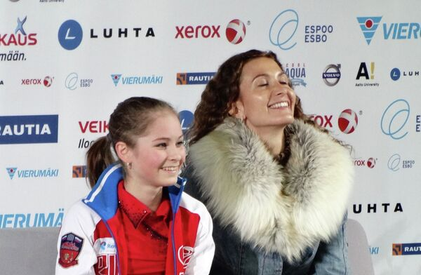 Юлия Липницкая (слева) и Этери Тутберидзе