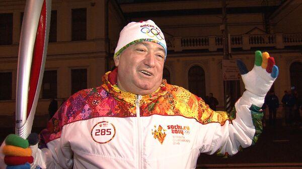 Шаварш Карапетян второй раз пробежал с факелом Олимпиады-2014