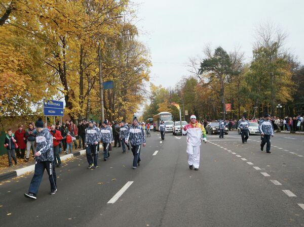Участники Эстафеты Олимпийского огня направляются в сторону города Волоколамска Московской области