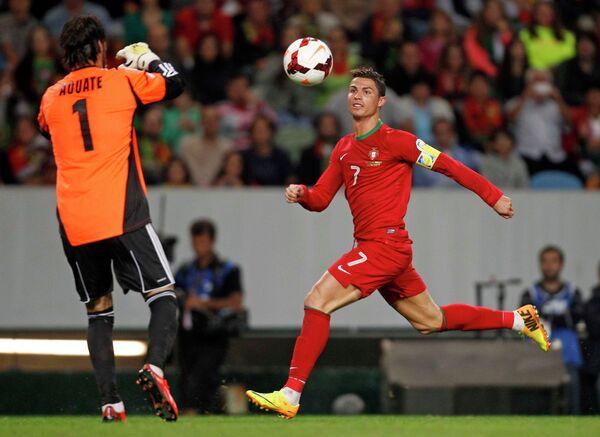 Нападающий сборной Португалии Криштиану Роналду и голкипер Израиля Дуду Ават