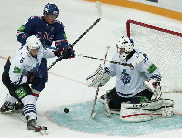 Защитник Адмирала Денис Осипов, нападающий СКА Тони Мортенссон и вратарь Адмирала Евгений Иванников (слева направо)