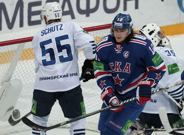 Нападающий СКА Виктор Тихонов (в темной форме) радуется своему голу