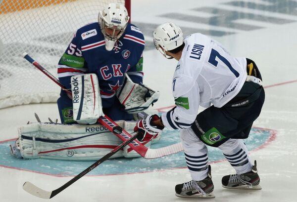 Вратарь СКА Александр Салак (слева) и нападающий Адмирала Энвер Лисин