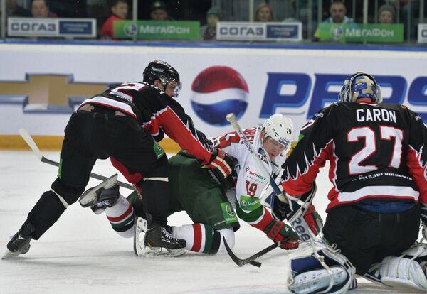 Защитник Авангарда Станислав Егоршев, нападающий Ак Барса Денис Голубев и вратарь Авангарда Мэтью Гарон (слева направо)