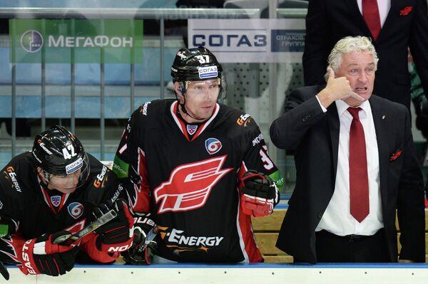 Главный тренер Авангарда Милош Ржига со своими хоккеистами