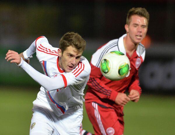 Нападающий сборной России Константин Базелюк и защитник сборной Дании Йонас Кнудсен (слева направо)