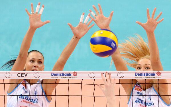 Игроки ЖВК Динамо Наталия Обмочаева и Юлия Морозова (слева направо)