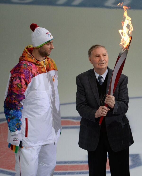 Алексей Морозов и хоккейный тренер Виктор Тихонов (слева направо)