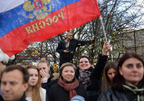 Жители Калининграда наблюдают за ходом эстафеты олимпийского огня