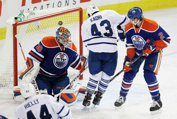 Игровой момент матча НХЛ между Торонто Мейпл Лифс и Эдмонтоном Ойлерз