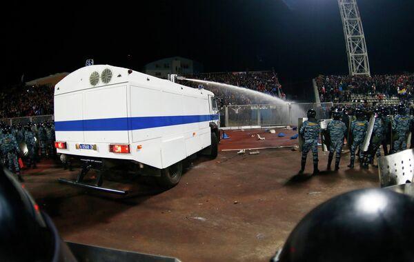 Сотрудники правоохранительных органов применяют спецсредства против болельщиков на стадионе в Ярославле