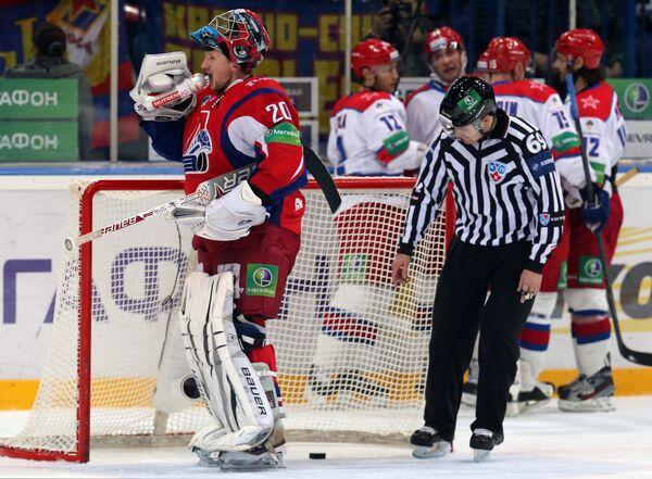 Вратарь ХК Локомотив Виталий Колесник (слева)