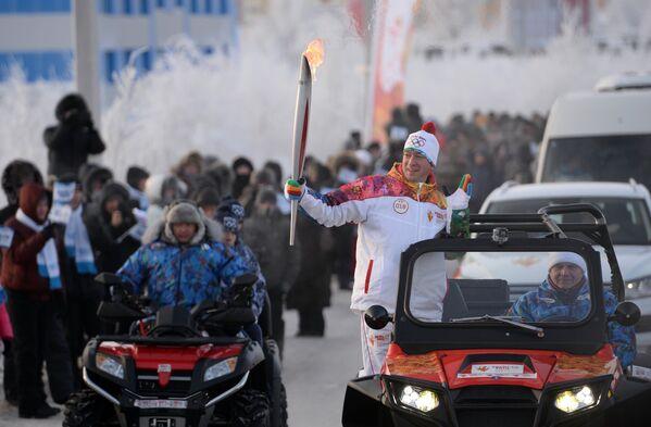 Факелоносец во время эстафеты олимпийского огня в Новом Уренгое