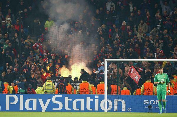 Болельщики ЦСКА используют пиротехнику на матче Лиги чемпионов против Манчестер Сити