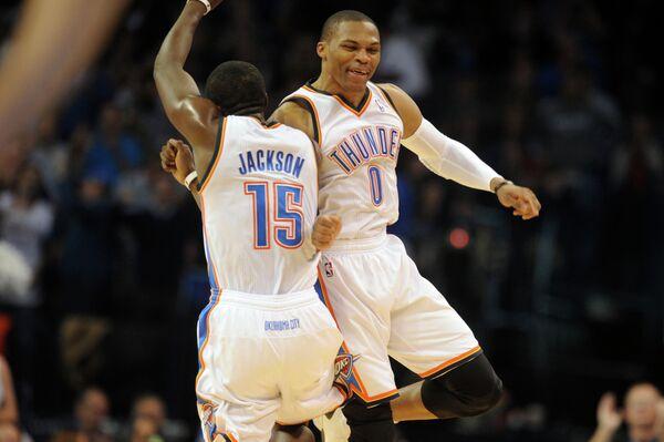 Баскетболисты Оклахомы Реджи Джексон (слева) и Рассел Уэстбрук