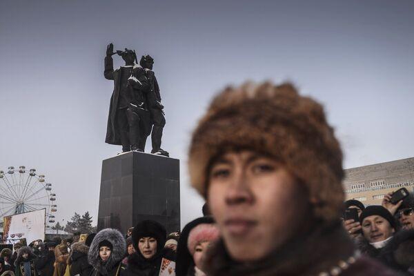 Жители Якутска у памятника комсомольцам 1920-х годов на Комсомольской площади во время эстафеты олимпийского огня