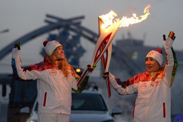 Факелоносцы во время эстафеты олимпийского огня в Якутске