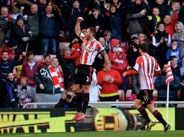 Футболисты Сандерленда радуются голу в ворота Манчестер Сити