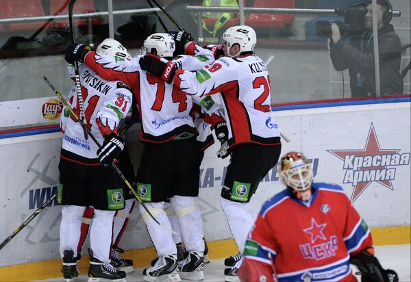 Хоккеисты Авангарда радуются забитому голу