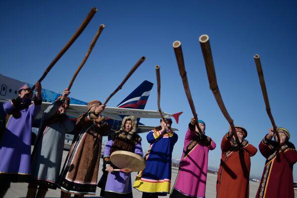 Представители коренных народов севера Сахалина играют на народных инструментах кални