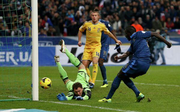 Защитник сборной Франции Мамаду Сако забивает мяч в ворота голкипера украинцев Андрея Пятова