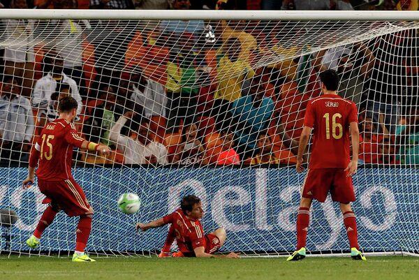 Футболисты сборной Испании пропускают мяч от южноафкиканцев