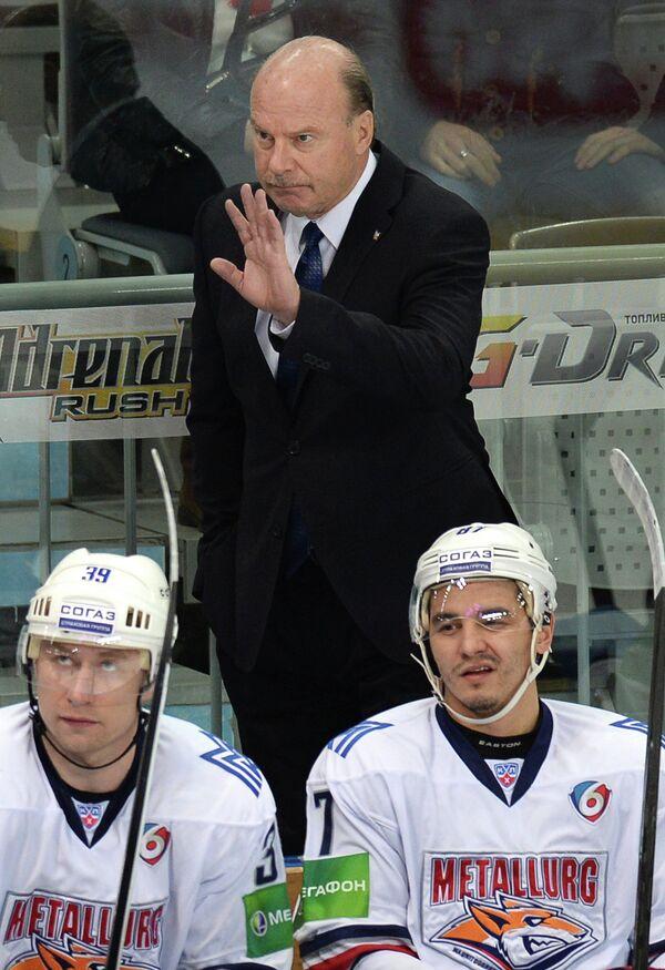 Майк Кинэн (в центре)