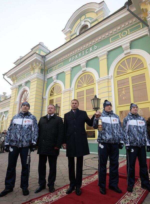 Мэр Иркутска Виктор Кондрашов (в центре) на железнодорожном вокзале во время эстафеты олимпийского огня