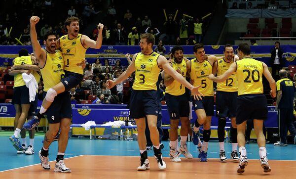 Волейболисты сборной Бразилии радуются победе во Всемирном кубке чемпионов-2013