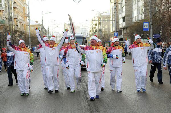 Президент регбийного клуба Красный Яр Сергей Чупров (в центре), главный тренер Игорь Николайчук (третий слева) и игроки регбийного клуба Красный Яр