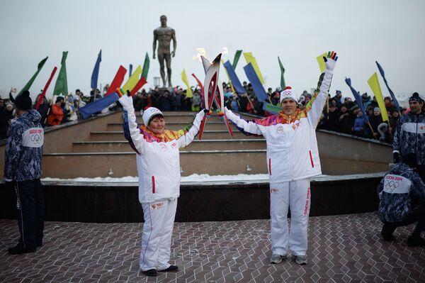 Многодетная мать Светлана Кокова во время эстафеты олимпийского огня в Абакане в республике Хакасия