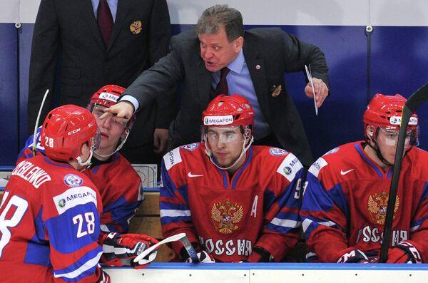 Михаил Варнаков (на втором плане) и российские хоккеисты