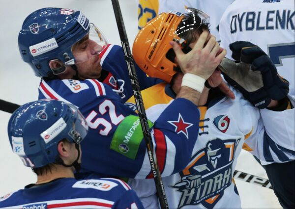Защитник ХК СКА Алексей Семенов (слева) и защитник ХК Атлант Роман Рукавишников