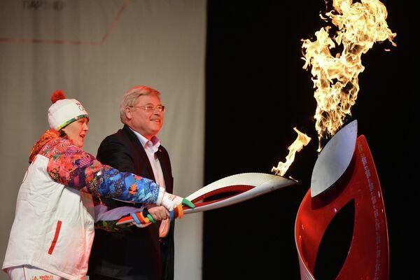 Факелоносец Наталья Баранова и губернатор Томской области Сергей Жвачкин на торжественной церемонии зажжения чаши олимпийского огня в Кемерово