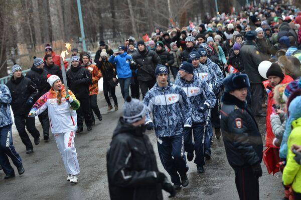 Эстафета олимпийского огня. Новосибирск. Факелоносец Александра Димова (слева).
